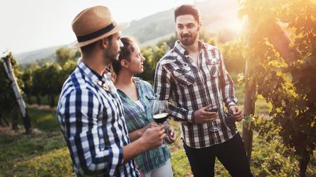 ワインの栽培者とワイナリーのブドウ畑の人 写真素材