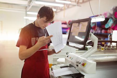 ファブリック業界でマシンを広めるファブリック上に労働する労働者