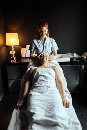 美人セラピストによるマッサージ治療を楽しんで