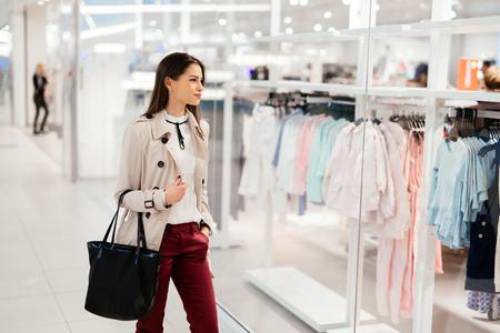 美しい実業家の服を買う 写真素材