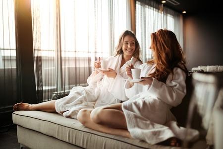 휴식과 웰빙 주말 가운에 차를 마시는 여성 스톡 콘텐츠