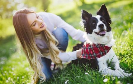 カップルで散歩撮影した自然の中の美しいかわいい犬