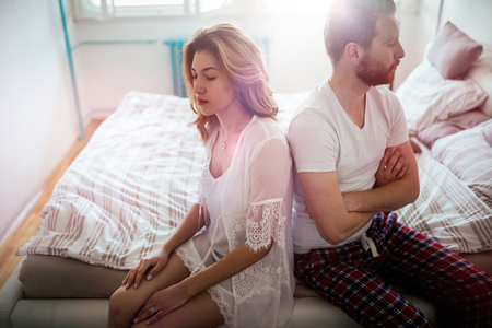 Gefrustreerd paar argumenteren en hebben huwelijksproblemen