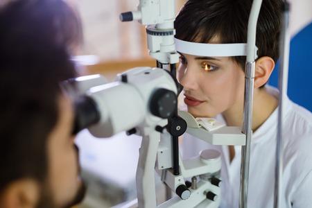女性クリニックで視力をチェックします。眼科。医学と健康の概念。