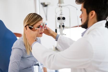 Vrouwelijke patiënt in oftalmologiekliniek voor dioptriedetectie