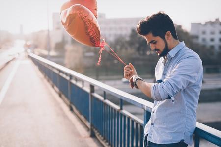 バレンタインの日のガール フレンドを待っている悲しい不幸な男 写真素材