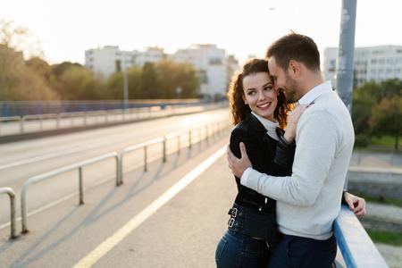 Casal carinhos enquanto aproveita o tempo que passamos juntos Foto de archivo - 80897473