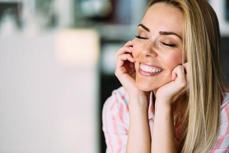 Portret van vrolijke jonge mooie blonde vrouw