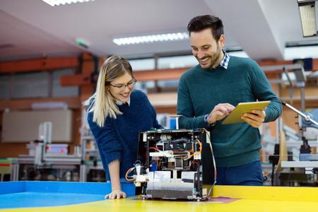 로봇을 테스트하기 위해 로봇을 준비하는 젊은 학생들