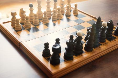 Schaakbord met schaak houten stukken geïsoleerd op wit