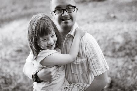 Afbeelding van meisje en man met down syndroom
