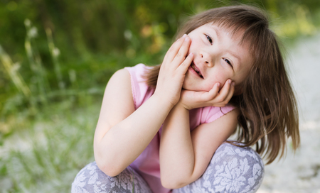 Portret van jong meisje met down syndroom