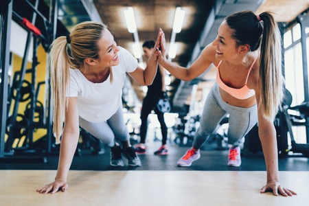 Two attractive fitness girls doing push ups Banque d'images