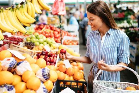 과일을 사는 시장에서의 여자의 그림 스톡 콘텐츠