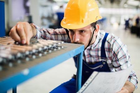 Supervisor macht Qualitätskontrolle und pruduction check in der Fabrik