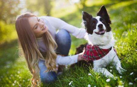自然で美しい女性歩いているかわいい犬