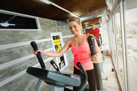 체육관에서 카디오를하고있는 젊은 아름다운 여자