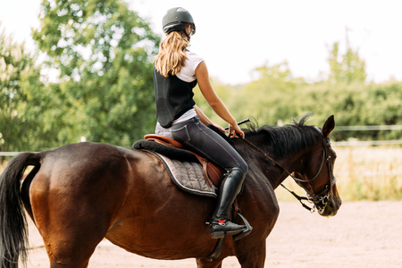 Picture of young girl riding her horse Standard-Bild