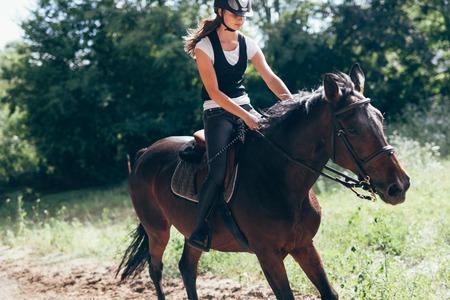 彼女の馬に乗って少女の画像 写真素材