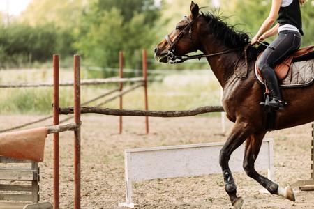 Afbeelding van jong mooi meisje paardrijden paard