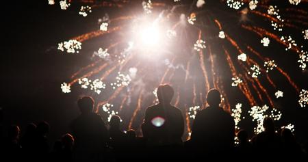 花火を見ている群衆