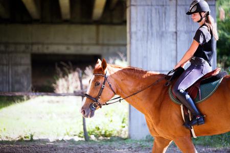 Portrait de jeune femme chevauchant son cheval Banque d'images - 84440837