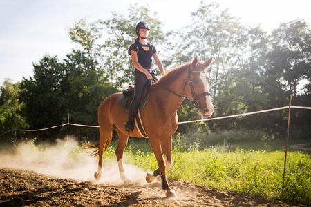 田舎で馬に乗って若い女性の肖像画