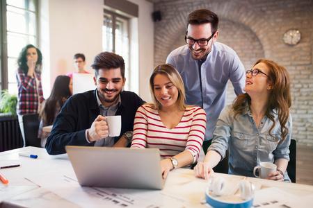 Gruppe von jungen Architekten arbeiten am Laptop Standard-Bild - 84481564