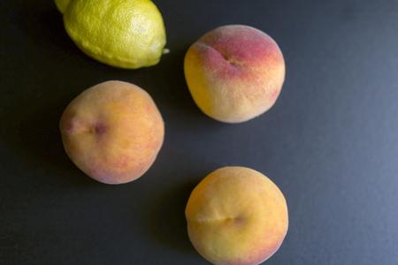 新鮮な桃とレモン 写真素材