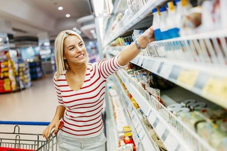 슈퍼마켓에서 쇼핑하는 아름다운 여자