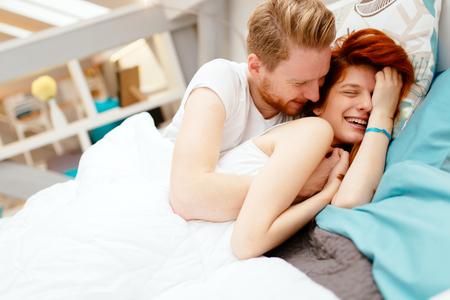 ベッドで美しいカップルのロマンス 写真素材