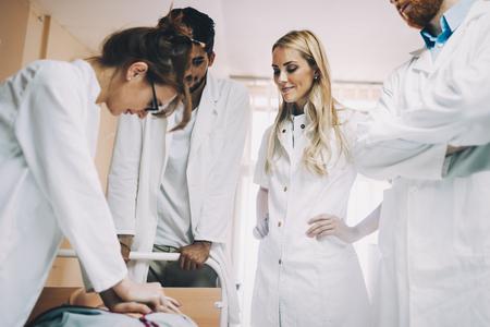 Groep medische studenten die reanimatietaak op model praktizeren Stockfoto