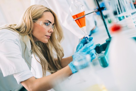 Tudiante en chimie travaillant en laboratoire Banque d'images - 85322021