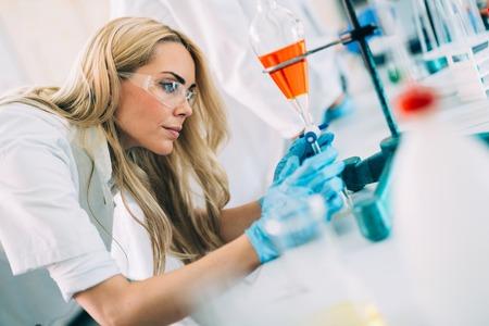 Vrouwelijke student van chemie die in laboratorium werkt Stockfoto
