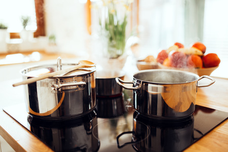 Lunch wordt gemaakt in de moderne keuken
