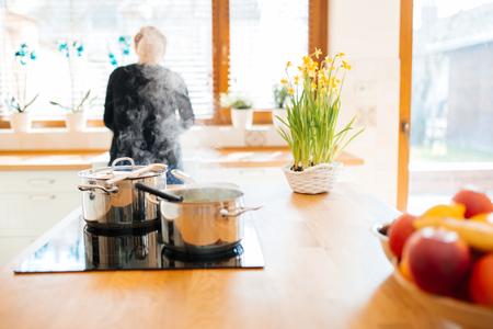 Huisvrouw die lunch in keuken maakt