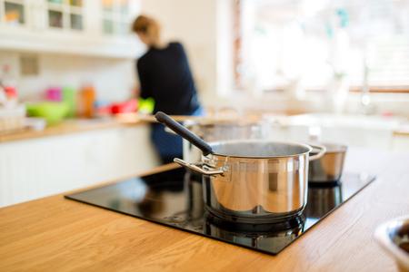 Ama de casa haciendo el almuerzo en la cocina