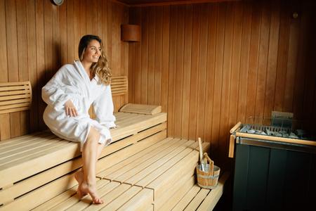 사우나에서 쉬고 아름다운 여자 스톡 콘텐츠