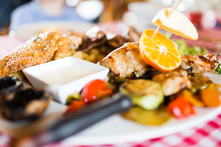 Grilled poultry meat with vegetables Imagens