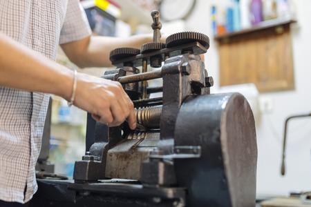 マシンを使用しての金細工人