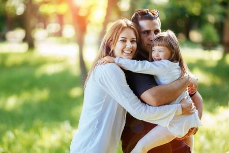 Familie gelukkig buitenshuis met geadopteerd kind Stockfoto