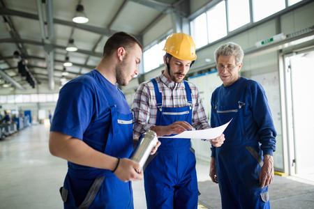 Porträt eines hübschen Ingenieurs in einer Fabrik Standard-Bild - 86130315
