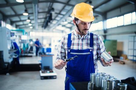 工場で働く現代の産業機械オペレーター
