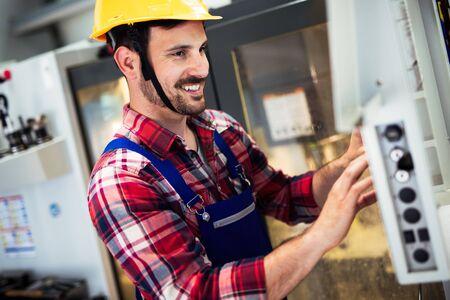 산업 노동자가 공장에서 CNC 기계에 데이터를 입력 스톡 콘텐츠