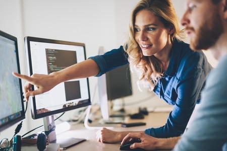 Software engineers werken aan project en programmeren in het bedrijf Stockfoto