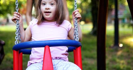 Portrait des schönen kleinen Mädchens mit Down-Syndrom Standard-Bild - 86271946
