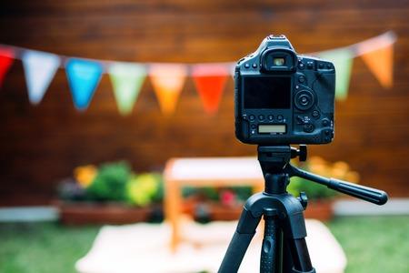 デジタル カメラの写真は、三脚上に配置
