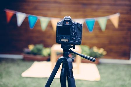 삼각대에 놓인 디지털 카메라 사진