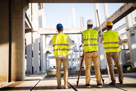 건물 사이트에서 일하는 건설 엔지니어 팀