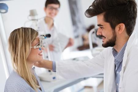 Meisjesvrouw in oftalmologiekliniek voor dioptriedetectie